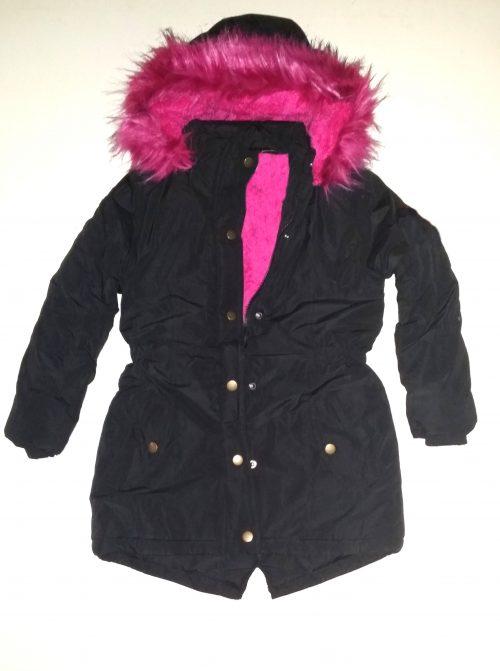 winterjas zwart met roze bontvoering Mooie warme jas met capuchon De binnenkant is dik gevoerd art.nr. mjs1020