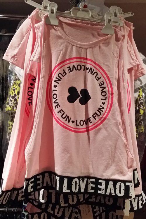 shirt met top roze/lila love Trendy oversized shirt met topje erbij en bedrukte applicatie Materiaal: 95% katoen 5% elasthan - GRATIS VERZENDING - BETAAL VEILIG MET IDEAL - OPHALEN MOGELIJK nr.mts1768
