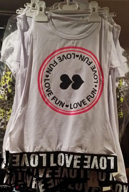shirt met top wit love Trendy oversized shirt met topje erbij en bedrukte applicatie Materiaal: 95% katoen 5% elasthan - GRATIS VERZENDING - BETAAL VEILIG MET IDEAL - OPHALEN MOGELIJK nr.mts1774