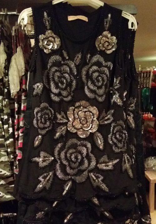 jurk met pailletten zwart Mooi jurkje in zwart met pailletten, de achterkant is effen zwart - BETAAL VEILIG MET IDEAL - OPHALEN MOGELIJK artikelnr.mj2143