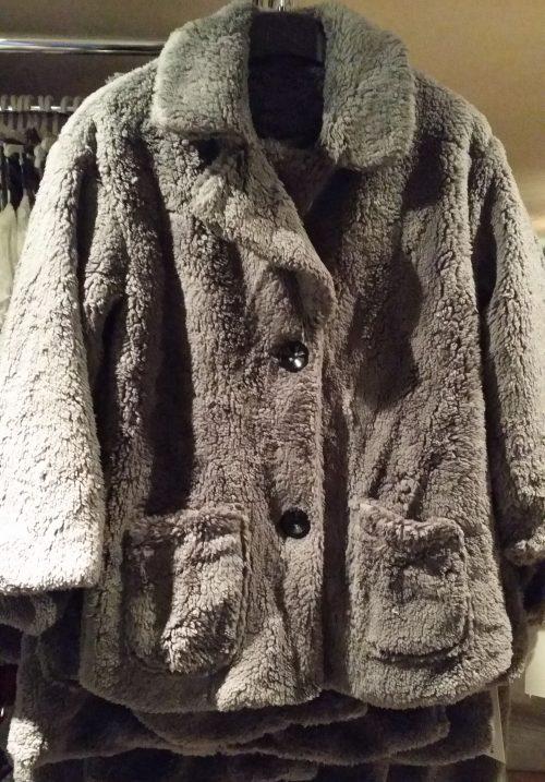 bontjas met zakken grijs Hippe teddy jas van imitatiebont in grijs met zakjes voorop - GRATIS VERZENDING - BETAAL VEILIG MET IDEAL - OPHALEN MOGELIJK