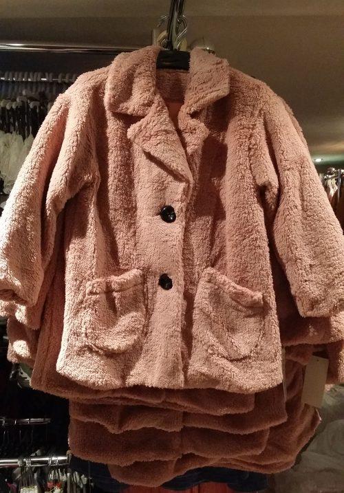 bontjas met zakken roze  Hippe teddy jas van imitatiebont in roze met zakjes voorop - GRATIS VERZENDING - BETAAL VEILIG MET IDEAL - OPHALEN MOGELIJK artikelnummer mjs1018