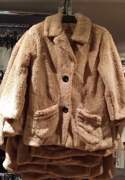 bontjas met zakken zandkleur Hippe teddy jas van imitatiebont in beige met zakjes voorop - GRATIS VERZENDING - BETAAL VEILIG MET IDEAL - OPHALEN MOGELIJK artikelnummer mjs1031