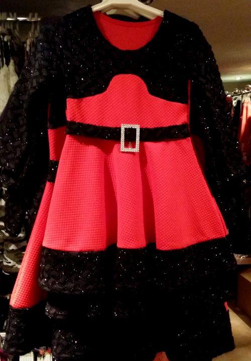 jurk chic rood Mooi jurkje in rood Op de mouwen en aan de bovenkant zwarte stof met glitters - BETAAL VEILIG MET IDEAL - OPHALEN MOGELIJK artikelnummer mj2131