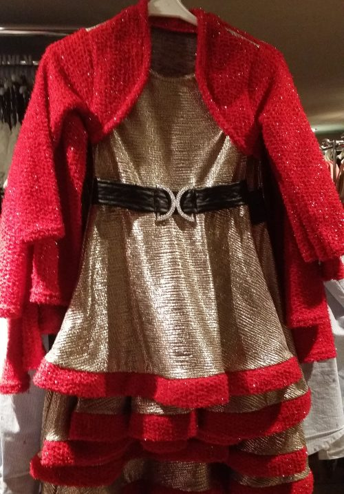 jurk parelmoer met rood dubbellook Mooi jurkje in parelmoer met rode afwerking. Op de rode stof zitten glitters Leuk voor de feestdagen - BETAAL VEILIG MET IDEAL - OPHALEN MOGELIJK artikelnummer mj2159
