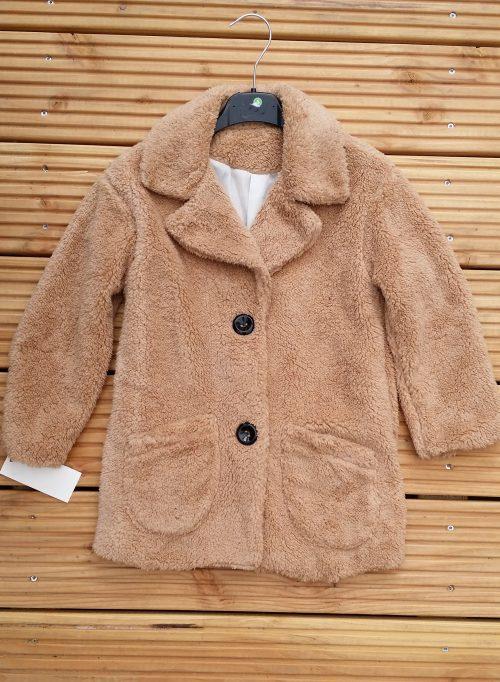 bontjas met zakken zandkleur Hippe teddy jas van imitatiebont in beige met zakjes voorop  - BETAAL VEILIG MET IDEAL - OPHALEN MOGELIJK artikelnummer mjs1031