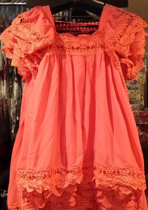jurk koraal Leuk zomerjurkje, gevoerd, met kant langs hals, onderkant en mouwen nr.mj1013