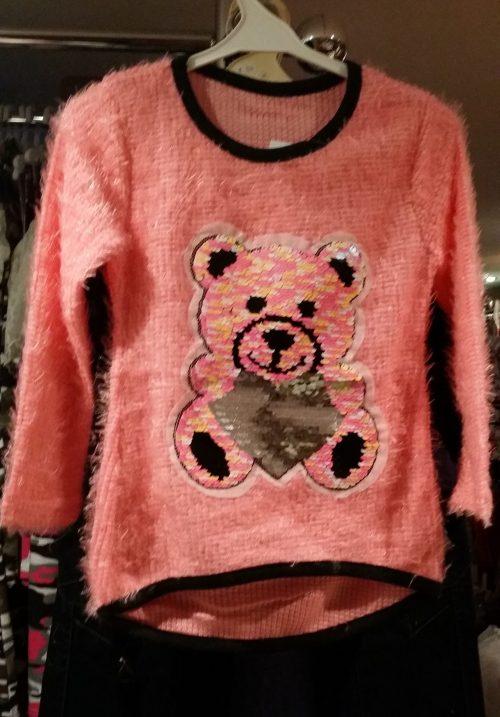fluffy trui zalm met omkeerbare pailletten beer Leuke trui met applicatie van toverpailletten beer Wrijf over de beer en deze wordt een andere kleur Valt klein, advies is een maat groter, hou je van ruim dan 2 maten groter Materiaal: 95% polyester 5% elasthan
